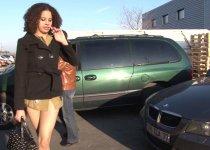 Tia Khan taille une queue au chauffeur