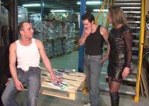 Lorene Valencay enculée dans l'entrepôt