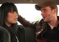 Le chauffeur de taxi découvre le cul de Carmen
