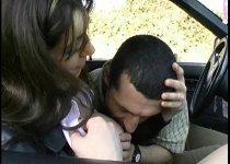 Cynthia se ait déboiter le cul dans la voiture