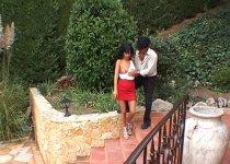 Un couple baise sur la terrasse