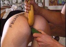 Une banane dans le cul et un gode dans la chatte