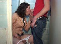 Stella Johanssen est enculée dans les toilettes