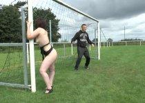 Cassandra est baisée sur un terrain de foot