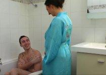 Sexe sous la douche avec Caroline