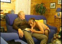 Le vieux adore la bouche de la mère au foyer