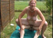 Une mature rejoint son amant dans le jardin