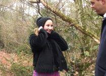 La nympho Lola Bella se fait culbuter en forêt