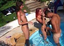 Angie Kiss organise une partouze à la piscine