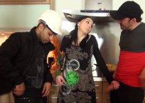 Double pénétration dans la cuisine pour Lily Phoenix