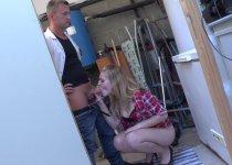 Sindy Lova offre son cul de blonde