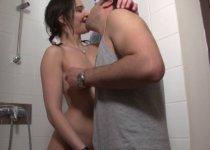 Alexia jouit sous la douche