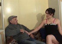 Erika Wolf vient baiser pour l'anniversaire de papy