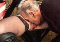 Papy bouffe une chatte dans un bar